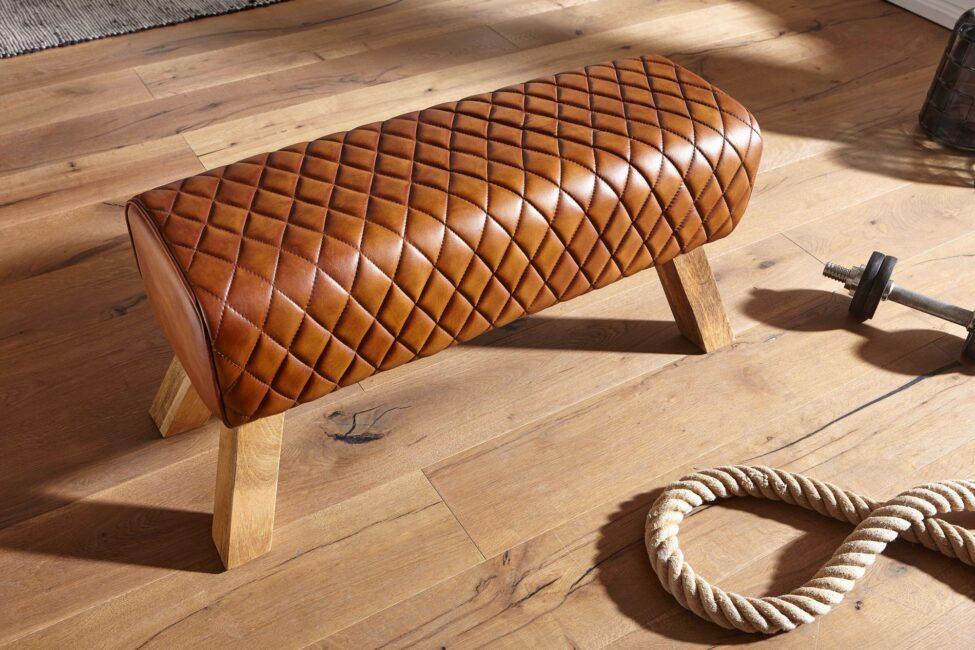 Banc en cuir de chèvre véritable et bois de manguier massif au design moderne.
